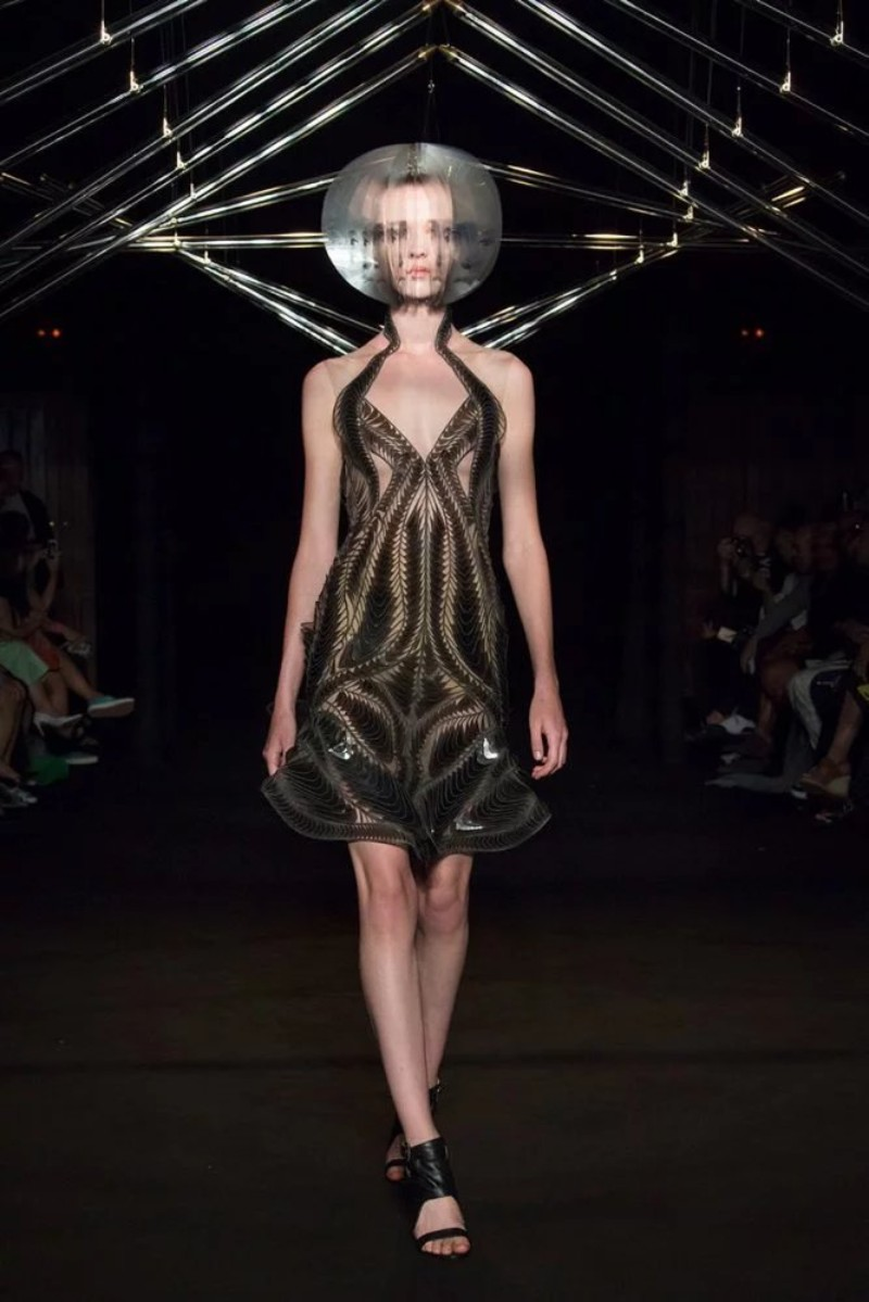 Iris Van Herpen Iris Van Herpen And Studio Drift Present Syntopia Collection At Paris Fashion Show  Iris Van Herpen And Studio Drift Present Syntopia Collection At Paris Fashion Show 11