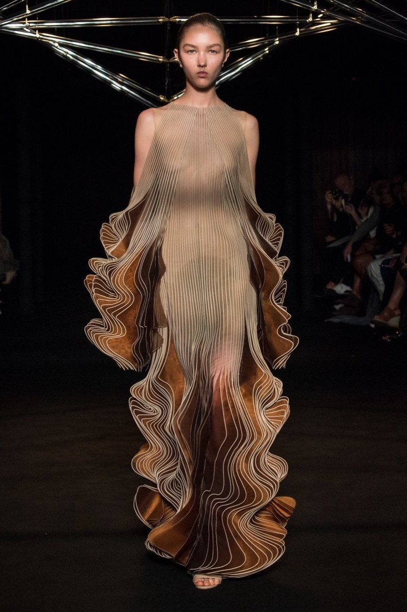 Iris Van Herpen Iris Van Herpen And Studio Drift Present Syntopia Collection At Paris Fashion Show  Iris Van Herpen And Studio Drift Present Syntopia Collection At Paris Fashion Show 2