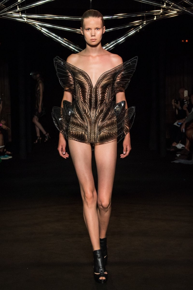 Iris Van Herpen Iris Van Herpen And Studio Drift Present Syntopia Collection At Paris Fashion Show  Iris Van Herpen And Studio Drift Present Syntopia Collection At Paris Fashion Show 4