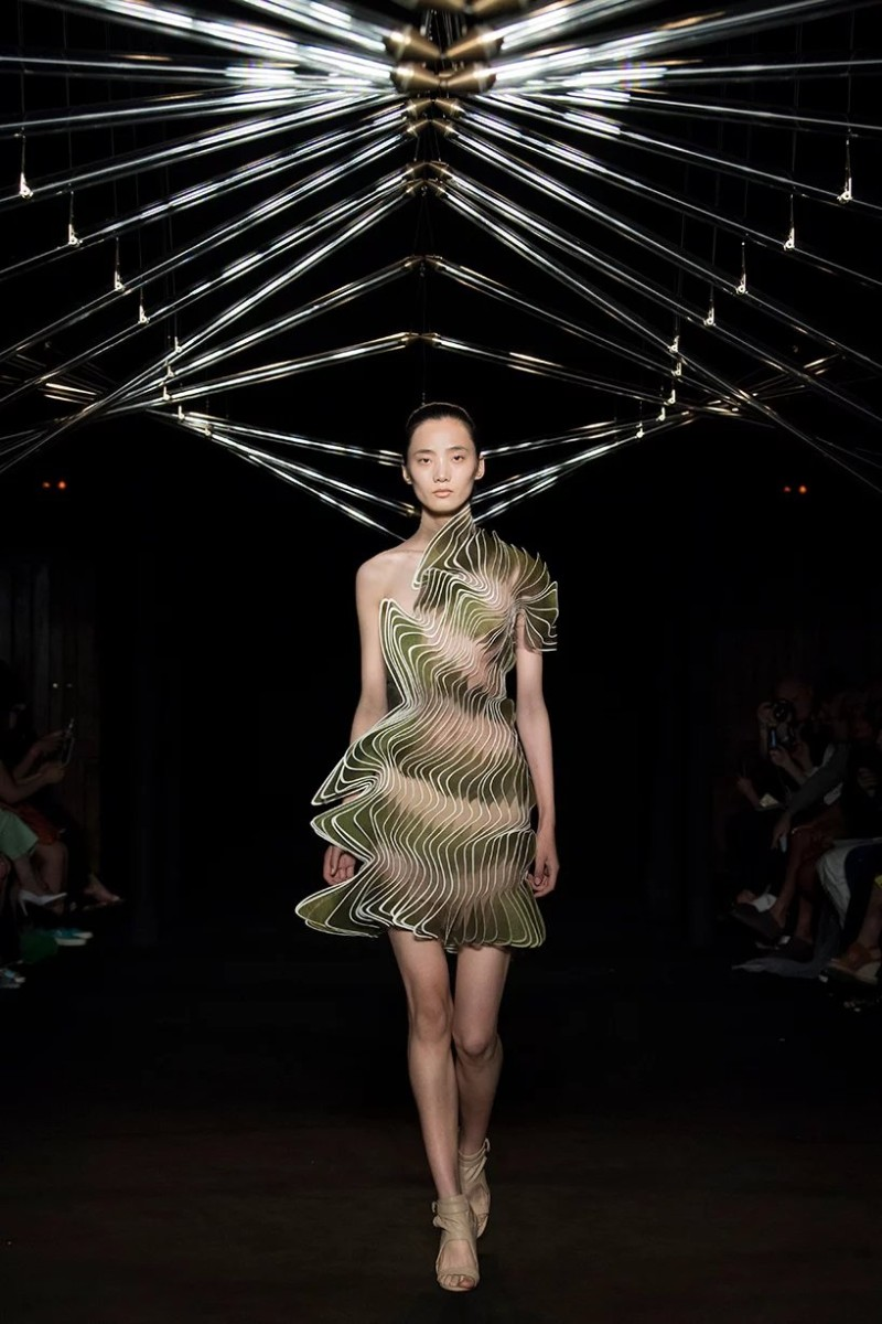Iris Van Herpen Iris Van Herpen And Studio Drift Present Syntopia Collection At Paris Fashion Show  Iris Van Herpen And Studio Drift Present Syntopia Collection At Paris Fashion Show 8